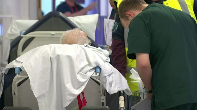 Royal Berkshire accident and emergency department R060117008 / Essex Colchester Colchester General Hospital INT Member of hospital staff talking to...
