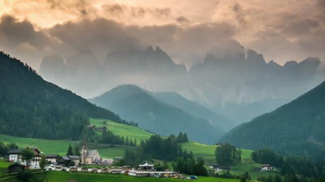 Villnösser Tal Val di Funes Dolomiten Italien Sonnenaufgangszeit, Zeitraffer