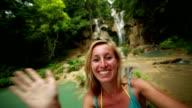Funky Frau nimmt Selfies durch die Wasserfälle