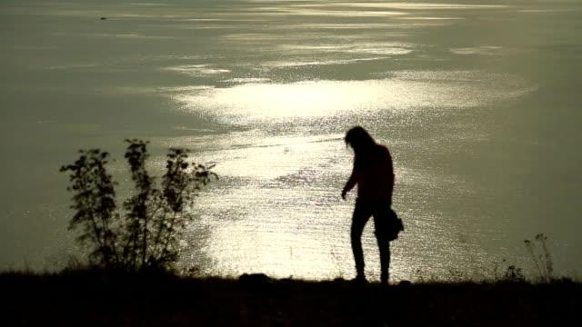 Lustige Mädchen silhouette über Sonnenuntergang Hintergrund