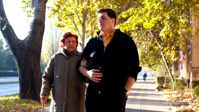 Grappige lopen met charmante oma