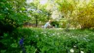 Giardiniere donna tra i suoi fiori e piante