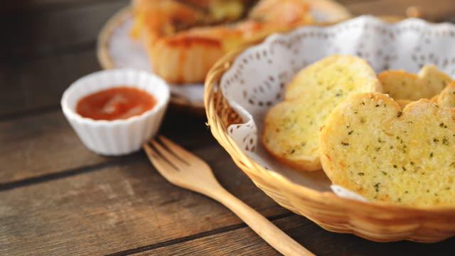 Pane all'aglio servito in cesti sul tavolo