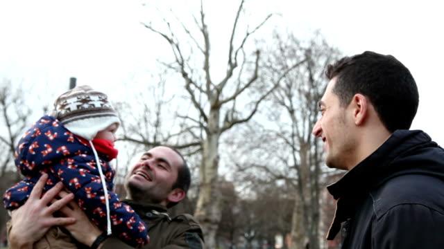 Gay Paar mit Sohn im Freien