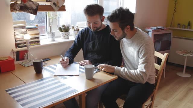 Gay paar schrijven en planning samen