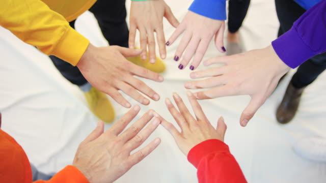 Gay pride in piedi in gruppo, l'unità le mani in cerchio