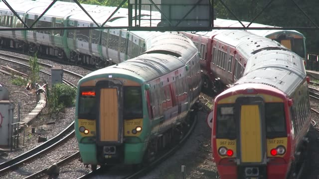 Labour pledge to cut rail fare increases ENGLAND London INT Commuters disembarking train and along on crowded platform GVs Passengers through ticket...