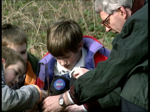 Parties campaigns ENGLAND Cambs Huntingdon John Major towards with scout cubs on tree planting outing PULL OUT TCMS Spade digging soil PULL OUT...