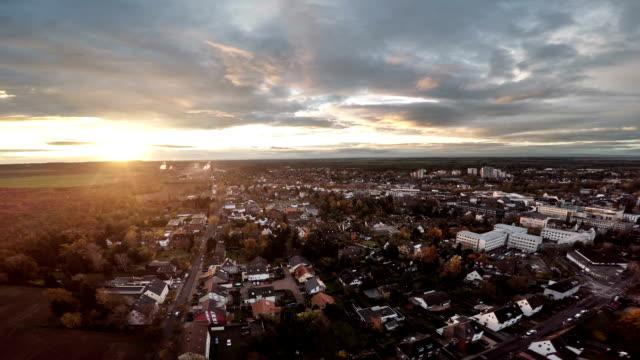 LUFTAUFNAHME:  Deutschen Stadt bei Sonnenuntergang
