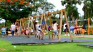 Ragazza e ragazzo giocare Altalena al parco giochi.