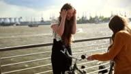 Mädchen kommt mit Fahrrad zu Ihrem Freund