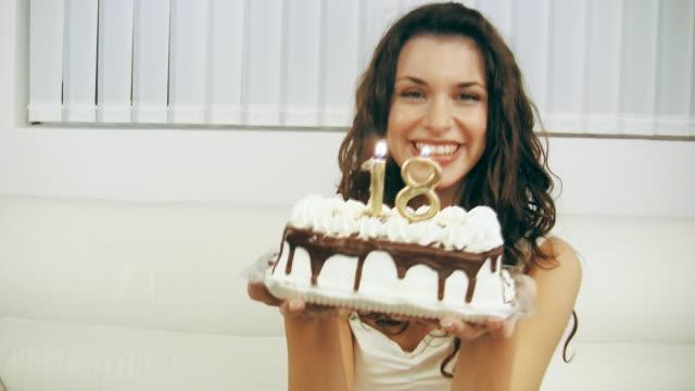 Mädchen Blasen Geburtstagstorte Kerzen 18 (HD-Video