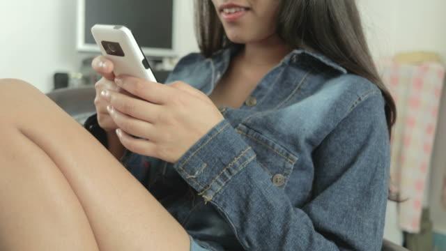 Mädchen im Chat und Nutzung von social Media auf einem Smartphone.