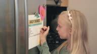 Meisje controles uit klusjes uit lijst