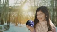 Mädchen, Kind holding rotierenden Globus Erde in Ihrer hand