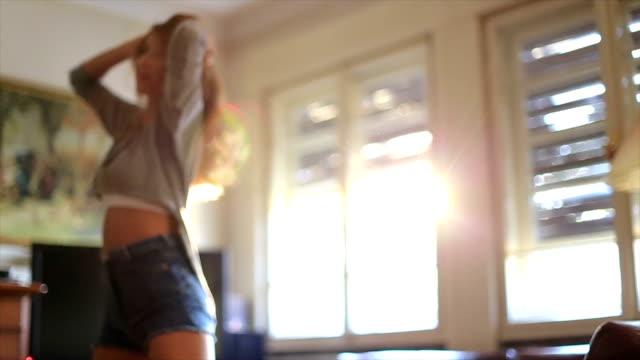 Mädchen-Tanz in diesem Haus im Sonnenlicht.