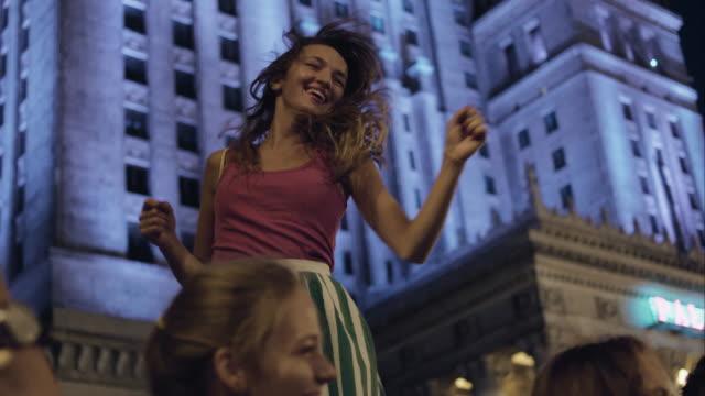 Meisje dansen op straat.