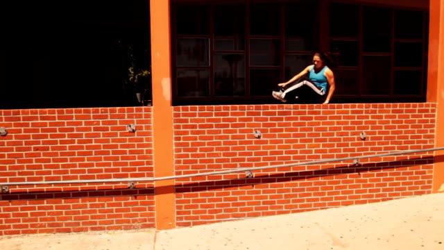 Mädchen tun Parkour--Turnen am Pferd zwei Hindernisse