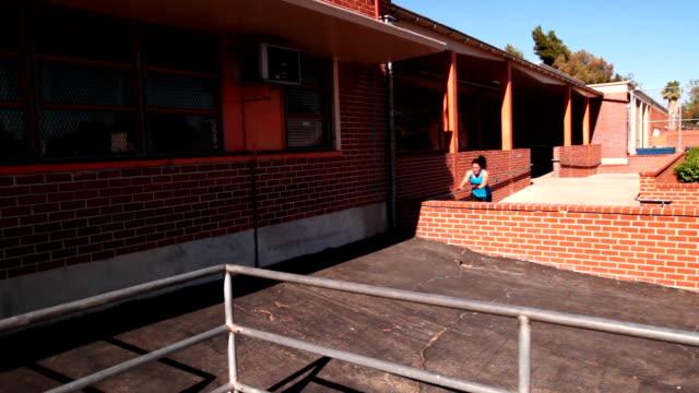 Mädchen tun Parkour--Gewölben verschiedene Hindernisse