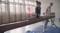 4 K : Mädchen tun geteilte auf Gleichgewicht Strahl