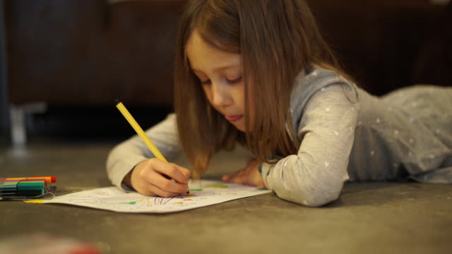 girl drawing with felt pen