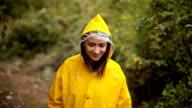 Mädchen, die Erforschung der Natur an regnerischen Tag