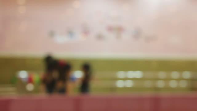 Mädchen Gemeinschaftspraxis Ballett in Raum, blur Motion-Stil