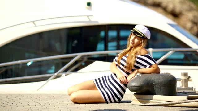 Mädchen hat eine Pause in der Nähe des yacht