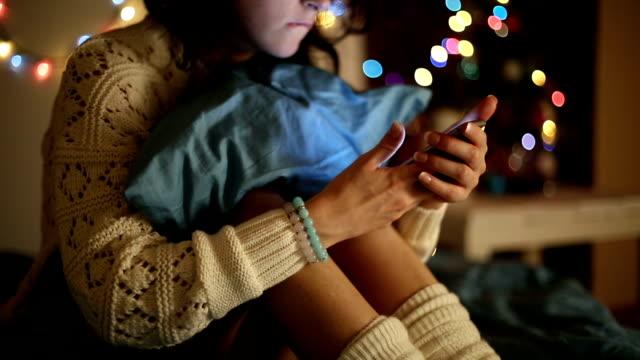 Mädchen im Bett SMS