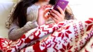 Mädchen im Bett mit Telefon