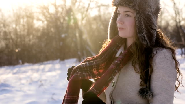 Mädchen in Vorbereitung für den winter
