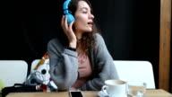 Mädchen Musik hören