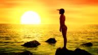 Mädchen, Blick auf das Meer bei Sonnenuntergang