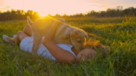 SLO MO ragazza gioca con il suo cane