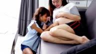 Meisje speelt met zwangere buik met behulp van de stethoscoop om te luisteren naar de hartslag van de baby in de buik van de vrouw.
