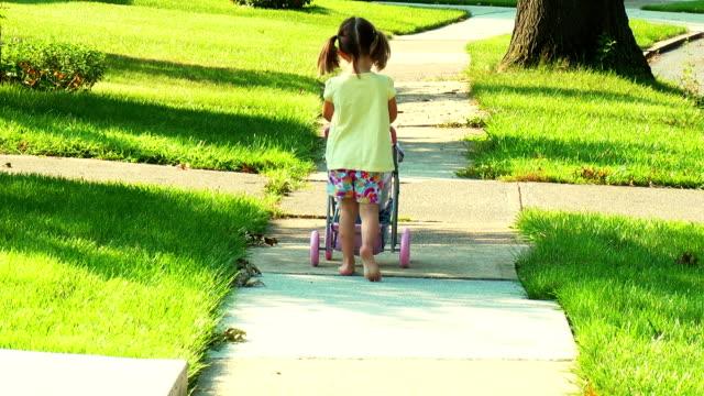 Ragazza Bambola spinge Stoller Away