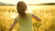 MS TS SLO MO Mädchen Laufen In der Wiese