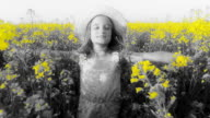 HD-ZEITLUPE: Mädchen läuft über Feld mit offenen Armen