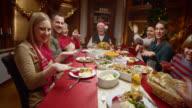 POV Mädchen mit lustigen Tanz Familie im Weihnachts-Abendessen