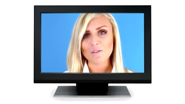 Mädchen sprechen auf dem Fernseher
