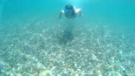 Mädchen Schwimmen unter Wasser