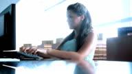Mädchen mit computer im Klassenzimmer