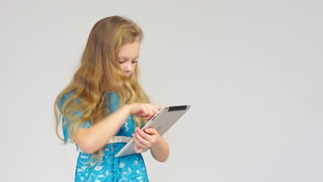 Mädchen mit digitalen tablet