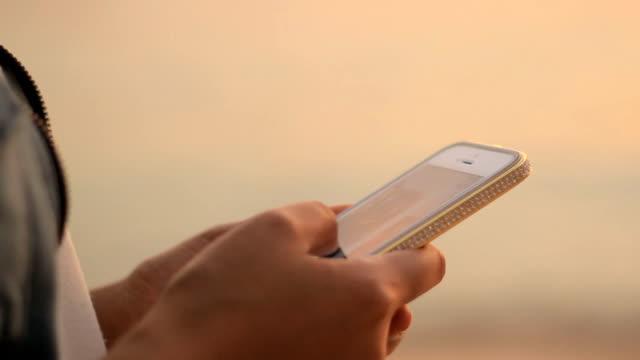 Mädchen mit Smartphone auf den Strand