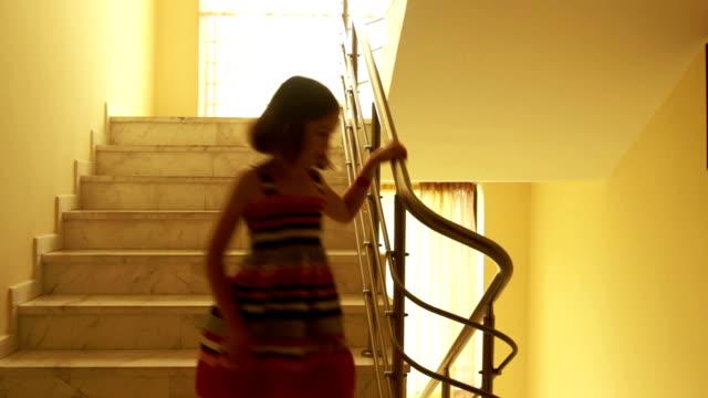 Ragazza camminare lungo le scale