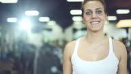 Mädchen auf Laufband im Fitness-Center