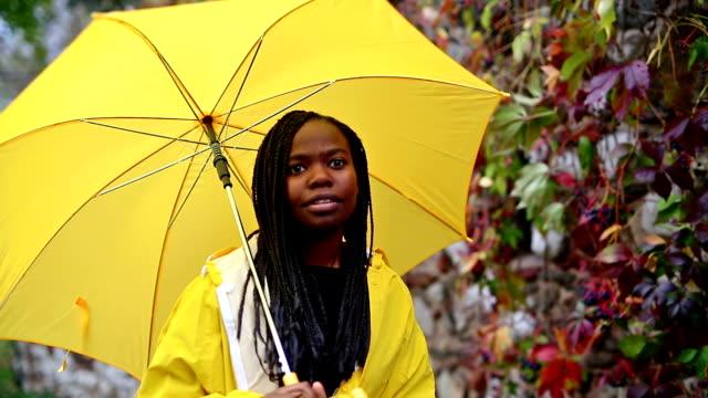 Mädchen mit Regenschirm im Herbst park