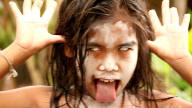 Mädchen mit Ihre Zunge heraus