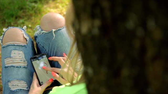 Ragazza con smart phone