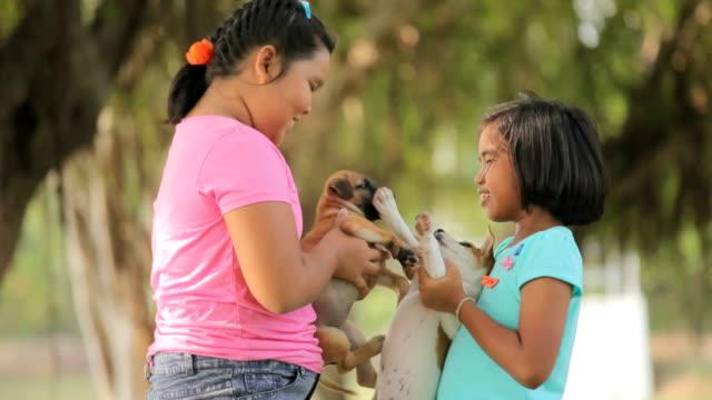 Mädchen und Hund im Garten